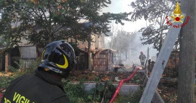 San Clemente, tre vigili del fuoco si sentono male per spegnere incendio a un fienile