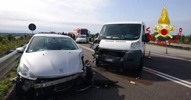 Incidente stradale fra tre mezzi