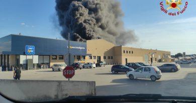 Video – Sassari – Vasto incendio –  L'area interessata è attigua a un centro commerciale molto frequentato – feriti due Vigili del fuoco